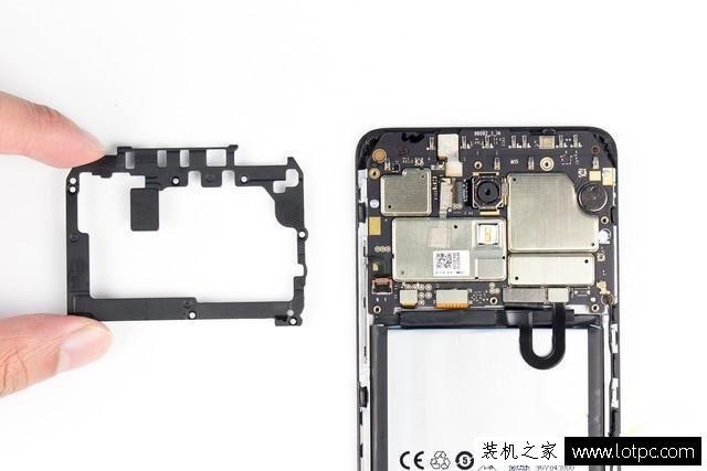 主板上btb和zif连接器一共有七处,从右到左分别为:电池、尾插、显示屏、触控芯片、按键、剩下两处就是摄像头。电池的排线使用了U型设计,过渡更缓,对于比用90度直角设计的更安全,能减少排线出现的接触不良、排线折断等问题。尾插的btb接口是不是这些连接器中最大的?那是因为魅蓝Note5支持快充,尾插排线除了需要负责数据传输之外,还得负责传输充电进来的高电压、传输到主板上进行转换,所以,尾插排线比普通的千元机更宽、尾插接口更大。  接下来我们使用绝缘撬棒一一断开这些btb和zif连接器。 断开触控连接btb